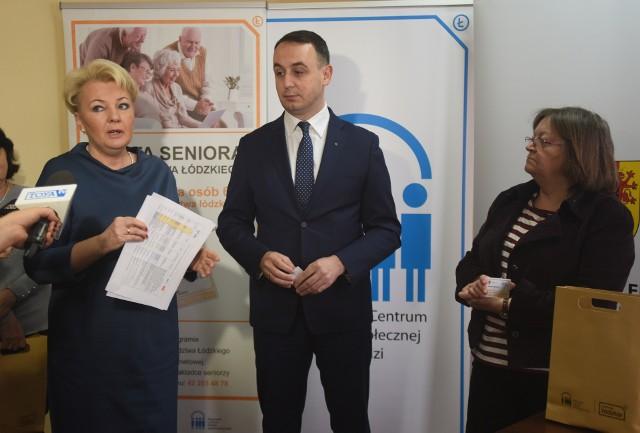 Pierwsze karty seniora województwa łódzkiego wręczył wicemarszałek Dariusz Klimczak