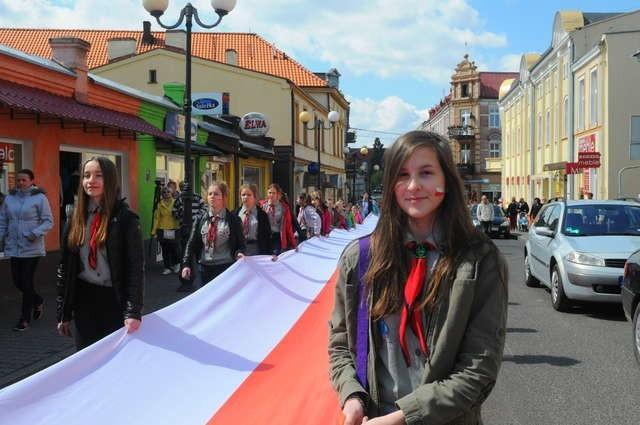 Ulicami Świecia niesiono kilkudziesięciometrową flagę w barwach narodowych