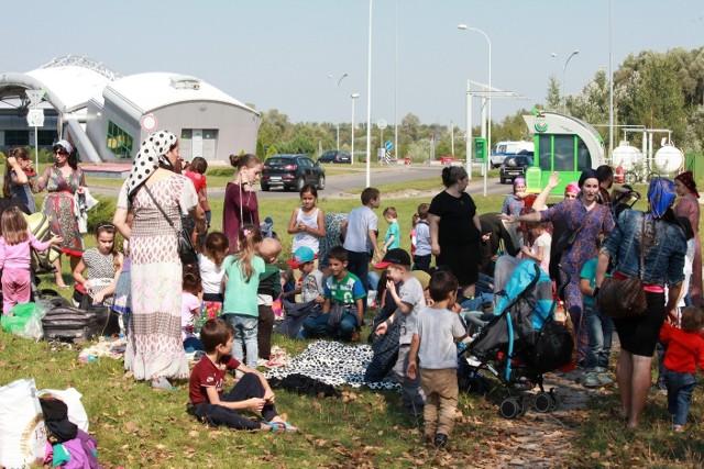 We wtorek grupa kilkuset uchodźców z Czeczenii już drugi dzień koczowała po białoruskiej stronie granicy. Pomoc organizują im tamtejsi mieszkańcy, lokalna gazeta, Cerkiew i Czerwony Krzyż