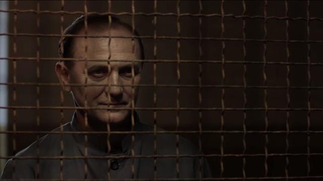 Znakomici są demoniczny i ujmujący jednocześnie Andrzej Chyra w roli Mazurkiewicza (na zdjęciu) oraz dorównujący mu, mimo bardziej papierowo napisanej postaci, Tomasz Schuchardt w roli Karskiego