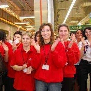 Obsługa Auchan Hetmańska gotowa na powitanie klientów. Każdy, kto dziś rano przyszedł na zakupy do hipermarketu, otrzymywał tulipana na powitanie