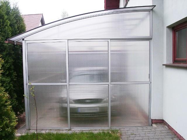 Wiata garażowaWiata garażowa wykonana z profili aluminiowych może mieć jedną ścianę wspólną z naszym domem. Tym sposobem zaoszczędzimy miejsce i pieniądze.