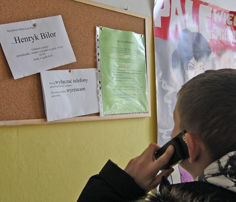 Dr Henryk Bilor straszy, że dzwoniące telefony będzie wyrzucał przez okno.