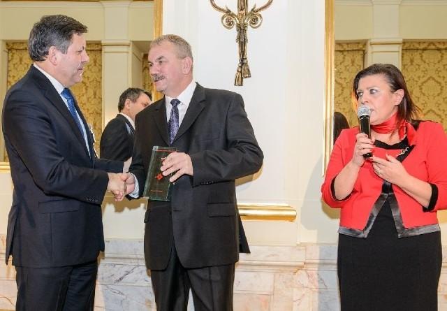 Prezes Fabryki Porcelany AS Ćmielów Adam Spała odbiera nagrodę za najciekawszy produkt wystawy Designed in Poland z rąk wicepremiera Janusza Piechocińskiego.