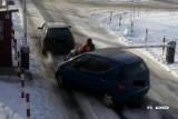 Wypadek w Bełchatowie na parkingu. Kierowca celowo potrącił parkingowego [FILM Z MONITORINGU]