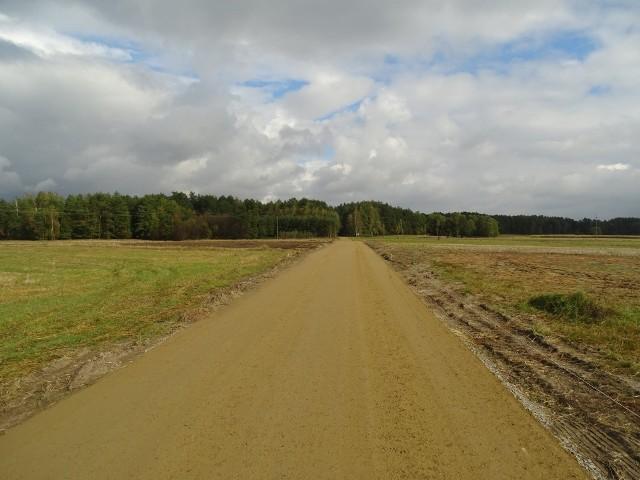 Remont obejmuje 995-metrowy odcinek drogi gminnej. Prace mają zakończyć się pod koniec roku.