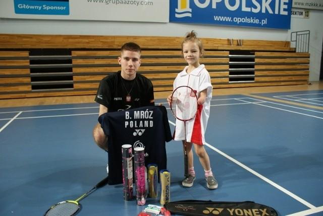 Do sprzętu przekazanego przez Polski Związek Badmintona Bartłomiej Mróz dodał specjalny prezent - swoją koszulkę.