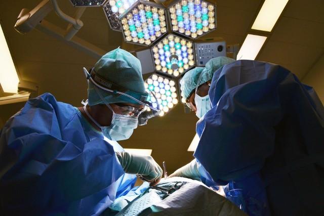 Bywają przypadki, że pracownicy którzy na co dzień mają kontakt z osobami zarażonymi koronawirusem zarabiają poniżej 2 tysięcy złotych na rękę.Więcej informacji w dalszej części galerii >>>