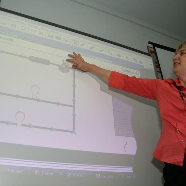 Podczas konferencji w Nowej Słupi, zalety tablicy interaktywnej prezentowała Grażyna Pauli z pracowni Edukacji Informatycznej i Multimedialnej Świętokrzyskiego Centrum Doskonalenia Nauczycieli.