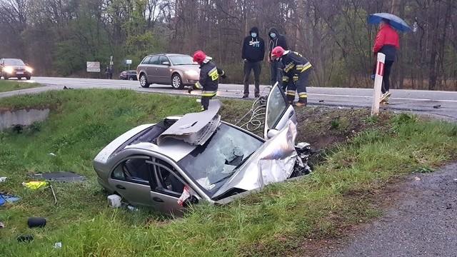 """Do wypadku w Rudnej Małej doszło ok. godz. 19. Samochód wpadł do rowu i uderzył w betonowy przepust. Internauta: kierowca musiał zostać wycięty z pojazdu. Więcej informacji wkrótce.Aktualizacja godz. 20:06Jak informuje policja, w zdarzeniu brały udział trzy samochody osobowe. Poszkodowane są dwie osoby. DK 9 jest całkowicie zablokowana, organizowane są objazdy. Utrudnienia mogą potrwać kilka godzin.Aktualizacja godz. 20:29W zdarzeniu udział brała toyota i dwa mercedesy.Aktualizacja godz.  21:07Objazd dla samochodów ciężarowych kierunek Rzeszów: na DW 875, Sokołów Młp., samochody osobowe drogami lokalnymi przez m. Lipie, Rogoźnica. Kierunek Kolbuszowa"""" ciężarowe na DW 869, osobowe m. Rogoźnica, Lipie.Aktualizacja godz. 21:45Policja wprowadziła ruch wahadłowy, zablokowany pas ruchu kierunek Rzeszów."""