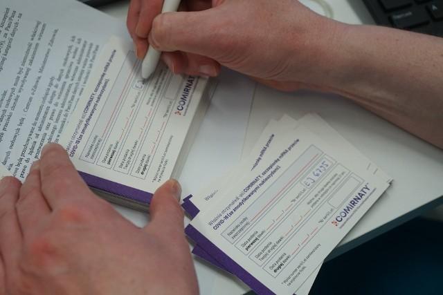 Czy osoby nieubezpieczone muszą mieć specjalną kartę szczepień, by móc zaszczepić się przeciwko COVID-19 bezpłatnie?