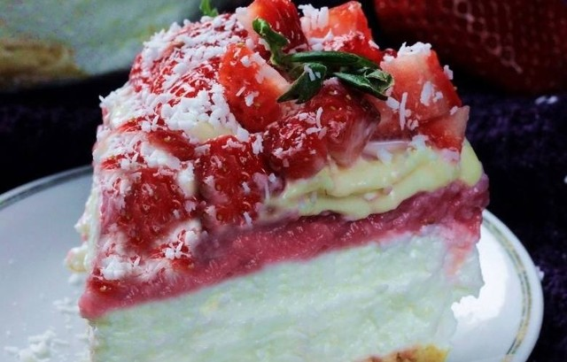 Sernik na zimno z truskawkami jest obłędnie pyszny. Zobaczcie przepisy naszych Czytelników na te wspaniałe desery.