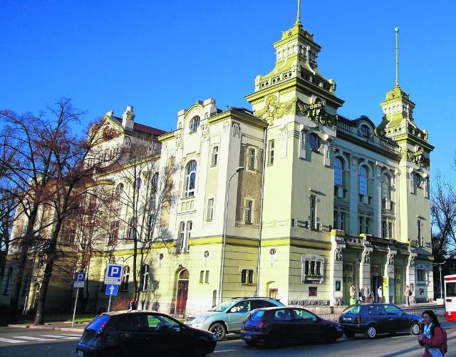 Secesyjny gmach teatru powstał w latach 1903-1904. Początkowo nazywano go Domem Sztuki i Stowarzyszeń, na początku lat 20. XX w., został przemianowany na Teatr Miejski w Jeleniej Górze.