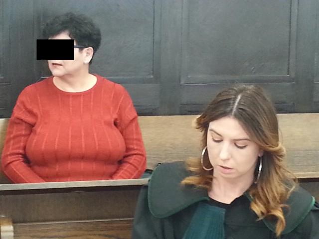 Proces 73-letniej Urszuli U. zaczął się w środę w Sądzie Okręgowym w Łodzi. Prokuratura zarzuca jej, że z przyczyn rasowych i narodowych ubliżała przybyłym z Ukrainy Rusłanie Melnyk i jej dzieciom: 6-letniej Katarzynie i 13-letniemu Bogdanowi. Miała też grozić dzieciom, że ich dorwie, uszy poobrywa i zabije, zaś chłopaka szarpała i chciała opluć. Do tych zachowań – według prokuratury – doszło 29 lipca i 1 sierpnia 2018 roku w Łodzi na osiedlu Mania. Oskarżona, której grozi do pięciu lat więzienia, nie przyznała się do winy. Odpowiadając na pytania sędziego Marka Chmieli, Urszula U. wyjaśniła, że jest fryzjerką na emeryturze i że do tej pory nie była karana. Nie chciała zeznawać, więc sędzia Chmiela odczytał jej wyjaśnienia ze śledztwa. CZYTAJ DALEJ NA NASTĘPNYM SLAJDZIE