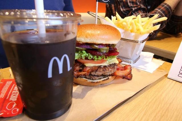 """Z ofert promocyjnych sieci McDonald's zniknęły gazowane napoje słodkie. W zestawach promocyjnych gazowane napoje słodkie zastąpiła woda. W opisie zestawu jest wyraźnie podkreślone, że do wyboru jest wyłącznie """"woda mineralna gazowana albo woda mineralna niegazowana"""". Dlaczego? WIĘCEJ NA KOLEJNYCH STRONACH"""