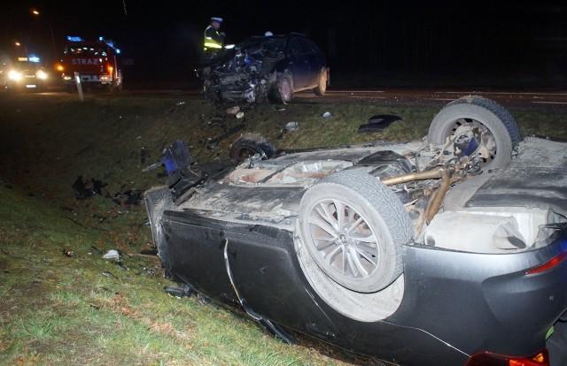 W czwartek (5 marca) wieczorem doszło do poważnego wypadku na krajowej szóstce. Czołowo zderzyły się dwa samochody osobowe toyota oraz ford. Co najmniej jedna osoba trafiła do słupskiego szpitala. Droga w miesjscu zdarzenia była zablokowana. Przyczyny wypadku bada policja.