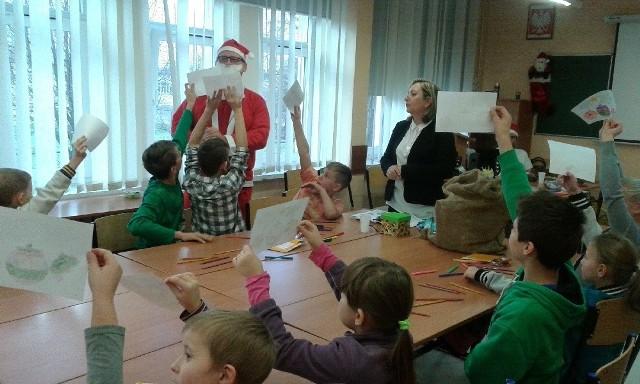 Rozwiązanie zagadki nagradzane było upominkiem od Świętego Mikołaja.