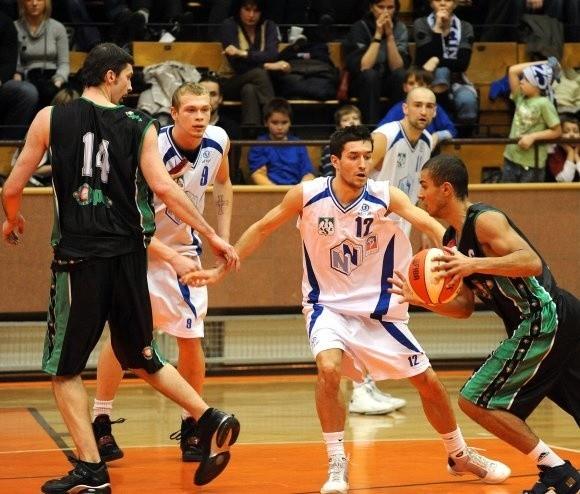 Gracze AZS Szczecin (w białych strojach, od lewej Paweł Podgalski, Maciej Majcherek i Łukasz Biela) są niemal pewni tego, że wybiegną w pierwszej piątce na mecz w play off z AZS Opole.