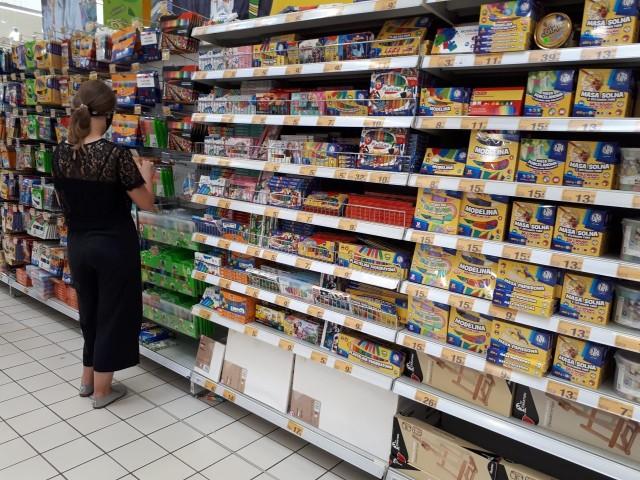 W łódzkich sklepach pojawiła się oferta szkolna.Na półkach jest teraz ogromny wybór artykułów papierniczych dla dzieci i młodzieży.