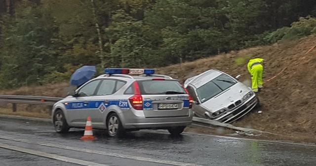 Do zdarzenia doszło w środę (12 października) na zjeździe z S3 od strony ul. Wrocławskiej. Kierowca bmw jadąc za szybko wypadł z drogi i dachował.