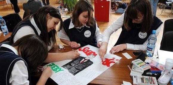 Po szczególnej lekcji historii uczniowie SP 35 wykonali plakaty związane z przełomowymi wydarzeniami w 1989 roku.