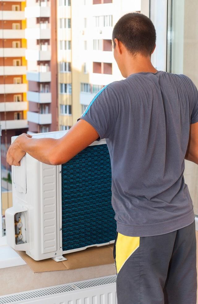 Montaż klimatyzacji w bloku jest możliwyW mieszkaniach najpopularniejszym urządzeniem klimatyzacyjnym jest tzw. split. Pozwala on na klimatyzację jednego pomieszczania. Tego typu system składa się z jednostki wewnętrznej (tzw. parownika) i zewnętrznej (skraplacza), które są ze sobą połączone. Bardziej zaawansowanym, w związku z czym droższym, rozwiązaniem jest tzw. multi split, w którym do jednego urządzenia zewnętrznego możemy podłączyć kilka urządzeń wewnętrznych.