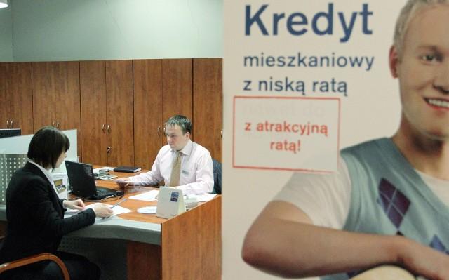 Doradca kredytowy z klientemBanki kuszą przede wszystkim niską marżą. Niestety, tylko przez pierwsze lata kredytowania.
