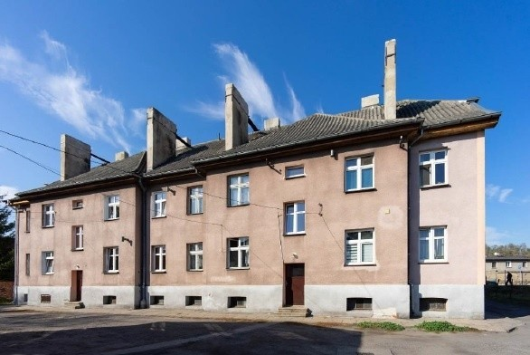 Brodnica, ul. Kolejowa 8/9Mieszkanie nr 9 o powierzchni użytkowej 48,00 m2 składa się z trzech pokoi o pow. 13,20m2 , 13,20m2 (jednego przechodniego) i 6,30m2, kuchni o pow. 8,10m2 , łazienki o pw. 3,70m2 pom. oraz przedpokoju o pow. 3,50 m2. Lokal posiada pomieszczenia przynależne tj. piwnicę o pow. 21,60 m2 oraz pomieszczeniem gospodarczym o pow. 6,40 m2 w budynku gospodarczym. Cena wywoławcza 91 000 zł.Zobacz też:W tych miastach żyje się najlepiej. Toruń w czołówce rankinguOgromne rabaty w sklepach meblowych