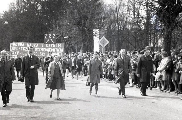 Pochód 1-majowy w Miastku z przełomu lat 60-tych i 70-tych