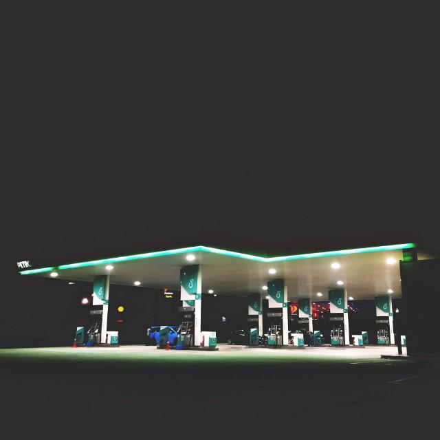 Urząd Ochrony Konkurencji i Konsumenta opublikował na swojej stronie internetowej listę stacji skontrolowanych w 2018 roku.  Okazuje się, że liczba miejsc, gdzie sprzedawane jest paliwo niespełniające norm, znacznie wzrosła. Szczególnie w porównaniu do raportu z 2017 roku. CZYTAJ TAKŻE: Obowiązkowe wyposażenia samochodów. Nowe przepisy już wkrótceKontrole stacji benzynowych w całym kraju odbyły się do 30 września br. UOKiK wykrył nieprawidłowości na 3,6 proc. sprawdzanych stacjach. To znacznie więcej niż w 2017 roku. Wtedy było to 2,5 proc. Z raportów wyniki, że najwięcej błędów ujawniono na stacjach w woj. kujawsko-pomorskim. Jak wypadły pozostałe województwa? Sprawdźcie na kolejnych slajdach>>> A jakie nieprawidłowości stwierdzano najczęściej? - niewłaściwą prężność par- niewłaściwą zawartość siarki- niewłaściwą stabilność oksydacyjną i temperatura zapłonu- za niską liczbę oktanowąWymienione wyżej nieprawidłowości mogą prowadzić przede wszystkim do pewnych uszkodzeń silnika czy innych systemów. Nie można zapominać także o tym, że zwiększają emisję szkodliwych substancji do środowiska.Zobacz też: ZMIANA OPON