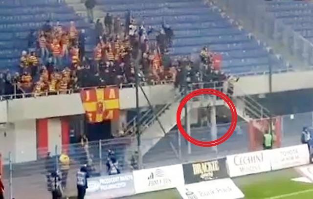 Kibice Jagiellonii na meczu z Piastem Gliwice nie mieli powodów do radości, a dodatko jeden z kibiców spadł z trybuny. Jego stan jest ciężki