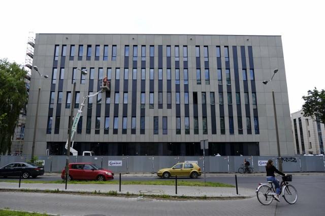 Pandemia nie zatrzymała budowy sądu w Toruniu. Gmach rośnie w oczach. Zobacz zdjęcia!