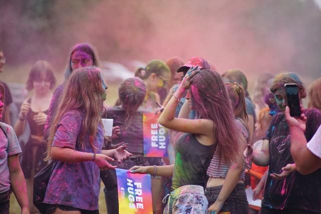 """Festiwal """"Holi"""" w Uhowie. Uczestnicy obsypywali się kolorowymi proszkami"""