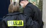 Zatrzymany przestępca uciekł policjantkom, więc skłamały że je pobił. Ale zdradził je monitoring