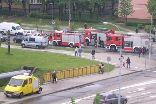 Policja potwierdziła, że ostatecznie w kolizji uczestniczyło osiem samochodów. Trzy osoby karetki zabrały do szpitali na badania.