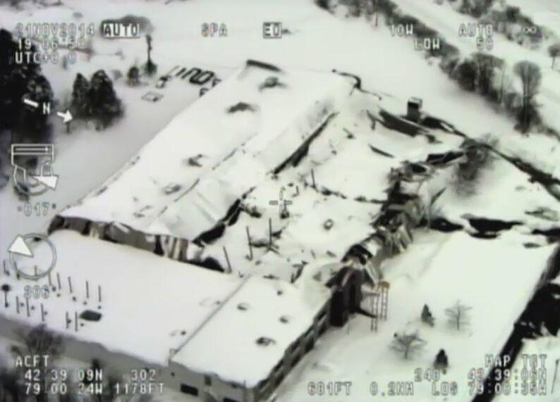 Pod ciężarem śniegu runął dach budynku. W regionie doszło do 30 podobnych zdarzeń (wideo)