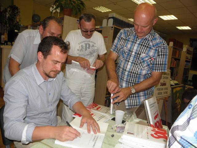 Podczas promocji książki w bibliotece w Chojnicach do autora ustawiła się kolejka po dedykacje