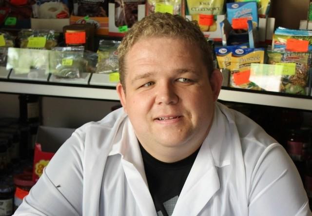 Michał Owsiak prowadzi sklep w niewielkim Kleszczewie w gminie Bledzew. Zajmuje się tym od zaledwie roku, ale doskonale zna się na rzeczy, bo sklep przez długie lata należał do jego rodziny.