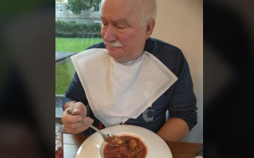 """Lech Wałęsa przyjechał na Dolny Śląsk podreperować zdrowie. Swój pobyt w uzdrowisku Lądek-Zdrój relacjonuje codziennie na Facebooku, publikując zdjęcia z zabiegów i posiłków. Szczególnie te ostatnie budzą zainteresowanie internautów. """"Dieta ta na razie mi nie smakuje, ale powoli przyzwyczajam się"""" - pisze prezydent. Co ląduje na jego talerzu i jak smakuje? Zobaczcie, klikając w galerię zdjęć powyżej. Na kolejne slajdy możecie przechodzić za pomocą strzałek lub gestów."""
