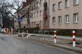 Słupki i stojaki zamiast miejsc parkingowych na Szydłówku w Kielcach. Mieszkańcy zbulwersowani chcą je powyrywać [ZDJĘCIA]