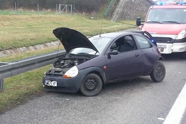 Ford Uderzył w barierkę energochłonną.
