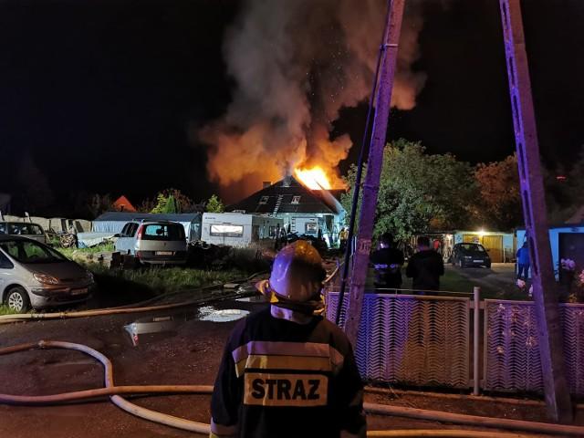 Nocny pożar domu w Prudniku. Palił się sprzęt komputerowy na poddaszu