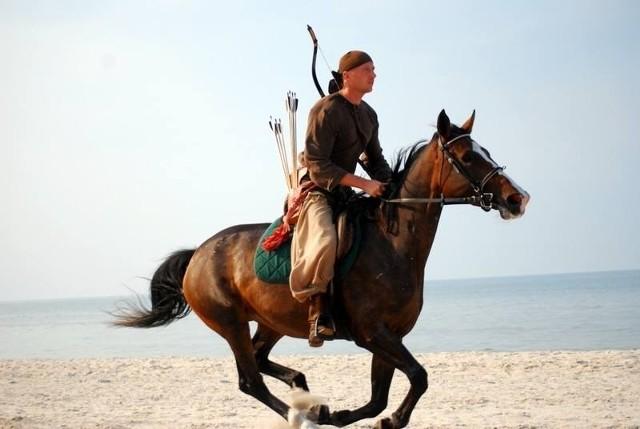 Mrzeżyno: strzelali z łuków na koniach