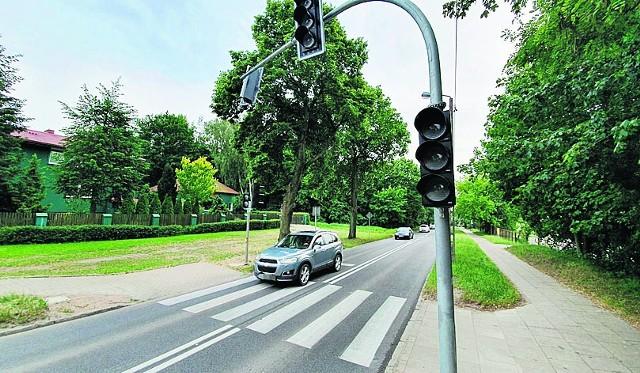 Przed przejściem dla pieszych na Kaszubskiej są już słupy z sygnalizatorami świetlnymi, ale te jeszcze nie działają, bowiem nie są podłączone