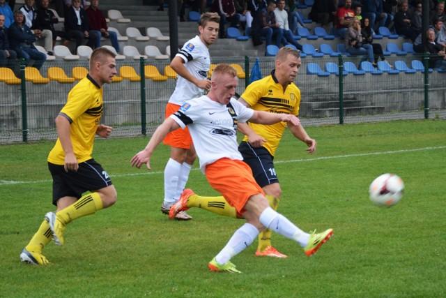 Na inaugurację sezonu w III lidze piłkarskiej MKS Trzebinia-Siersza (żółte stroje) przegrał na własnym boisku z KSZO Ostrowiec Świętokrzyski 1:2.