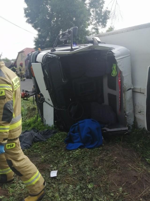 By dostać się do kierowcy uwiezieonego w szoferce ciężarowki strażacy musieli wyciąć dach