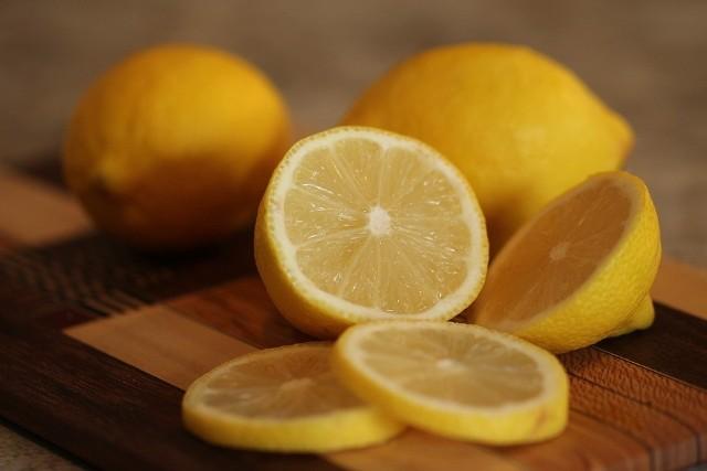 Ten popularny kwaśny owoc znamy przede wszystkim z lemoniady czy jesiennej herbaty z cytryną. Owoc ten zawiera dużo witaminy C i ma szereg właściwości, które pozytywnie wpływają na nasz organizm. Cytryna to dobre źródło beta-karotenu, witamin z grupy B, E, potasu, magnezu, sodu i żelaza. Zobaczcie, co dzieje się z naszym organizmem kiedy spożywamy cytrynę. Szczegóły na kolejnych zdjęciach >>>