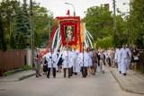 Boże Ciało 2021 - procesja w parafii Chrystusa Króla. Wierni przeszli osiedlowymi uliczkami (zdjęcia)