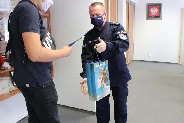 W środę 22 lipca Komendant Miejski Policji w Toruniu, insp. Maciej Lewandowski gratulował dwóm nastolatkom, którzy przyczynili się do zatrzymania sprawcy kradzieży rozbójniczej.