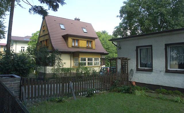 Mały domek pośrodku, to dom państwa Kijaków. Po prawej stronie barak, w miejscu którego ma zostać wybudowany duży dom wielorodzinny. Widoczny po lewej stronie dom, to nowy, który powstał po wydaniu decyzji o przebudowie starego.
